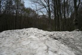 まだ雪が残る磐梯山登山口