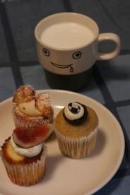 フェアリーケーキフェアのケーキとヨダレちゃん