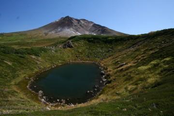 鏡池越しの旭岳