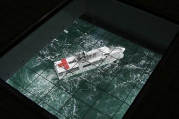 渦の道から見た渦潮見学船