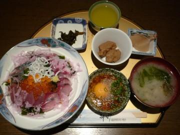 まりーな亭の三崎の幸満開丼